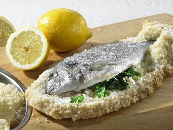 Kleiner Aufwand, großer Geschmack! Durch die Kruste wird der Fisch in Salzkruste, zum Beispiel Dorade, schön zart und bleibt wunderbar saftig! Wir zeigen Ihnen, wie einfach das geht.