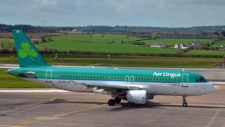 Le boeing aux couleurs d'Aer Lingus se pose à l'éaroport de Cork. la compagnie nationale irlandaise compte désormais plus de 62 avions dans sa flotte et transporte plus de 12 millions de personnes venues d'Irlande et du monde entier vers plus de 100 destinations à travers l'Europe et l'Amérique du Nord. © David Raynal