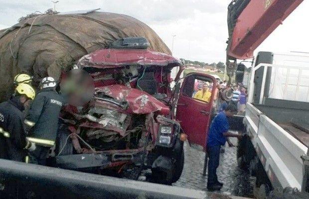 Vítimas fatais e lesionado estavam em caminhão carregado com abacaxis.  Veículo se chocou na lateral de carreta que entrava na rodovia, em Jaraguá. Dois homens morreram e um ficou ferido depois de um acidente entre um caminhão e uma carreta, nesta sexta-feira (31), na BR-153, em Jaraguá,   #Acidente entre carreta e caminhão mata dois e fere um na BR-153 #em GO