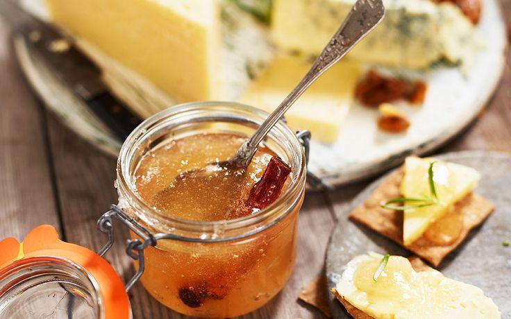 Äpple- och kanelmarmelad är ett fräscht och välsmakande tillbehör till de goda ostarna på en ostbricka. Prova även till kardemummaskorpor eller på rostat bröd.