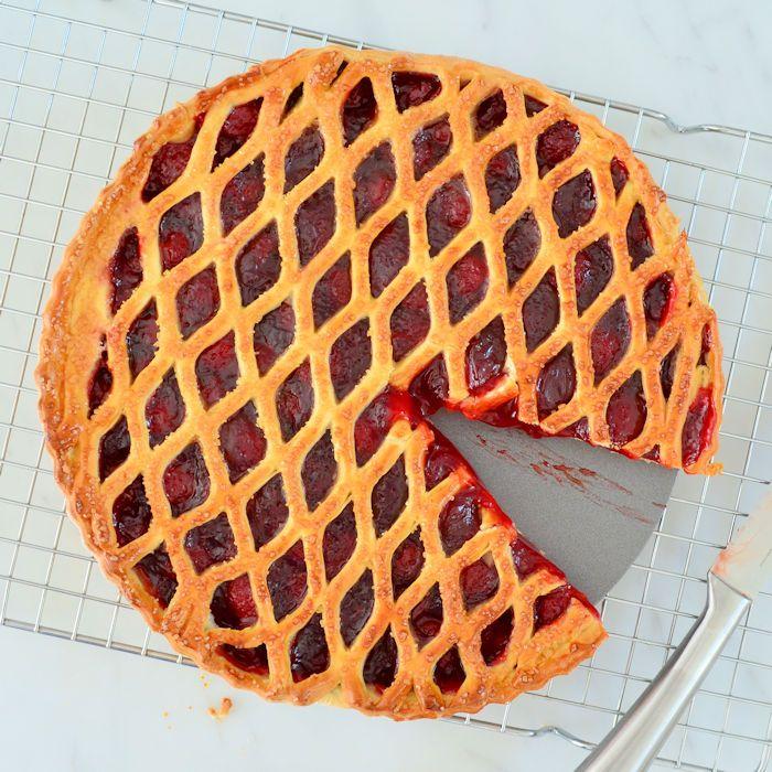Het zelf bakken van een vlaai is helemaal niet moeilijk, sterker nog deze aardbeienvlaai is kinderlijk eenvoudig om te maken! Hier vind je het recept.