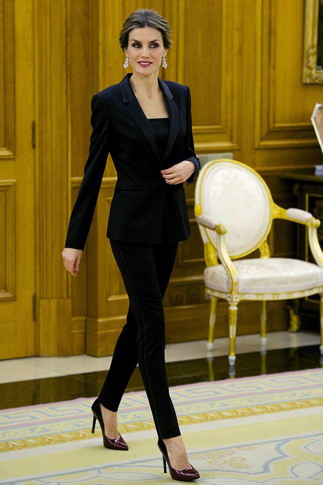 42-летняя правящая королева Литисия Ортис Рокасолано, которая покорила испанцев своим безупречным стилем и влюбила в себя короля Фелипе VI, переместившись из редакции во дворец