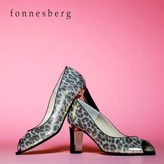 Fonnesberg stiletsko i leopard med åben tå og guldhæl