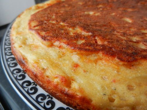 gateau poele chorizo  Ingrédients: 150 g farine -2 oeufs battus - 15 cl de lait tiède - 3 cuillères à soupe d'huile d'olive + un peu pour la cuisson - 1 cuillère à café de levure chimique - sel, poivre garniture au choix: 100 gr lardons ou chorizo,30gr  gruyère râpé ou parmesan, tomates séchées, olives,  ou thon,  chèvre, champignons,...
