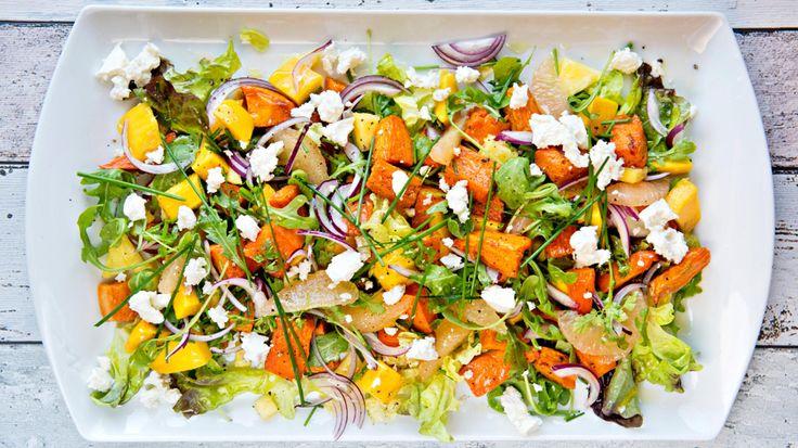 Fruktig salat med bakt søtpotet og mango