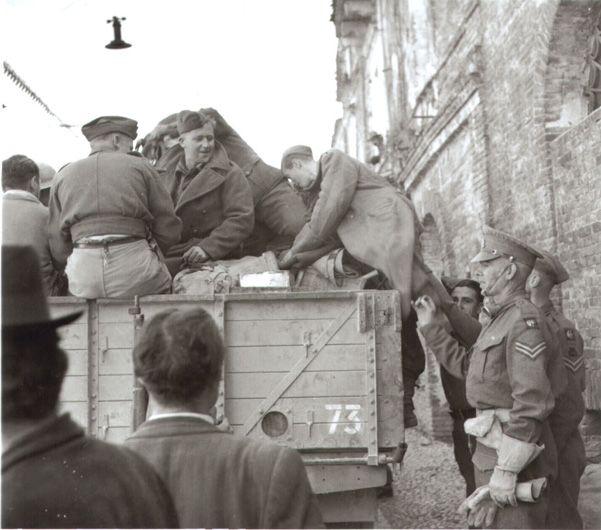 """3/4 novembre 1943. """"Due prigionieri tedeschi, catturati in San Salvo [lungo corso Garibaldi] vengono fatti salire su un autocarro e portati via per l'interrogatorio"""" (da G. Artese, La guerra in Abruzzo e Molise 1943-44, vol. I, per gentile concession"""
