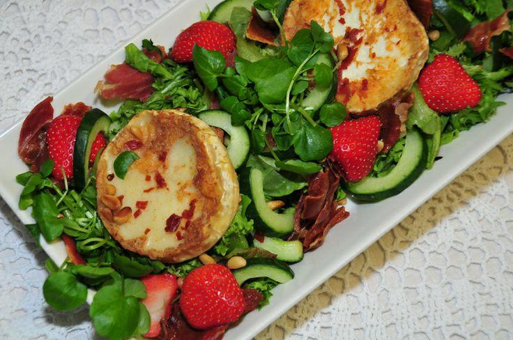Kesäkahvila Kapusiini, Vuohenjuusto & paahdettu parmankinkku salaatti ja leipä #goatcheese #parmaham
