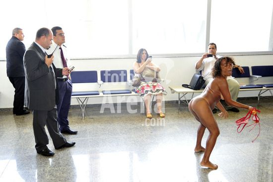 Mulher bêbada fica peladona no aeroporto de São Luís