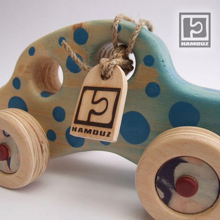 Auto+puntíkaté+Autíčko+je+natřeno+nezávadným+lakem+a+barvou+s+atestem+na+dětské+hračky.+Rozměry:+délka+-+19,5cm.+šířka+-+10cm.+výška+-+10,5cm.+Materiál+:+tělo+auta+-+smrk.+Kolečka+-+březová+překližka.+Osy+-+buk.+Středy+kol+jsou+dýhované.