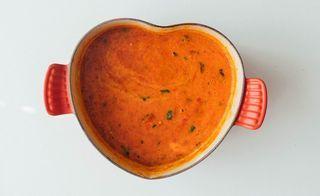 Fyldig og varmende suppe med paprika, tomater og basilikum. Det er noe å sette en stor gryte med hjemmelaget suppe på bordet. Jeg klarer ikke helt å forklare det, men…
