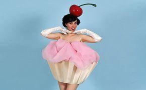 Inspiration, alle Accessoires und eine Schmink-Anleitung, damit du dein Cupcake Kostüm selber machen kannst.