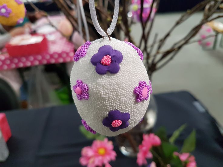 Decorate foam eggs with CraftEmotions foamball clay and silk clay. Made by Anita Rademakers