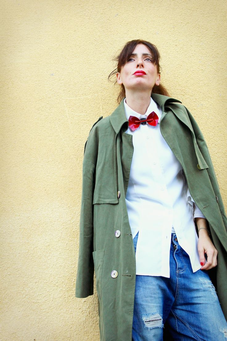 #fashion #trench #classy #shirt #vintage #papillon #red #streetstyle #jeans #ankleboots
