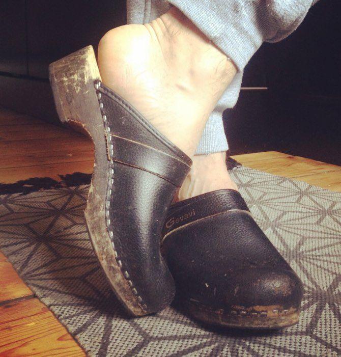 #gevavi #clogs from the #netherlands #schwedenclogs #swedishclogs #woodenshoes #truckerclogs #menstyle #ilovemyclogs #meninclogs #träskor #træsko #traeskor #menslegs #berlinmitte #clogs #zweedseklompen #zweedse #shoeporn #chauffeursklompen #malefeet #barefeet #feets #mensfashion #fashionshoes