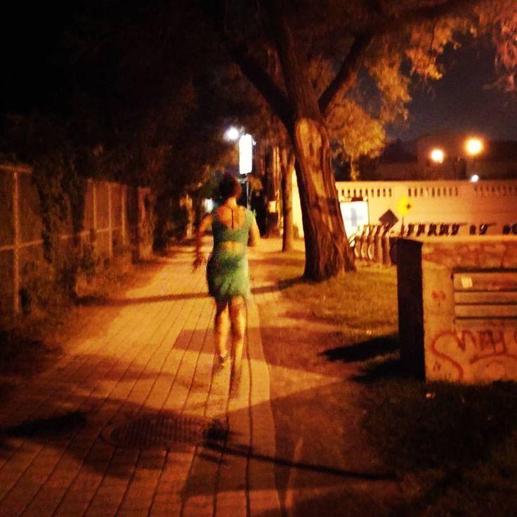 Courir la nuit, en robe #commedeskids #pasdesuperpower #strongfriends (à Piste Des Carrières)