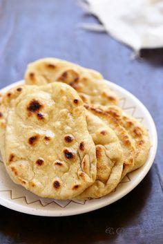 Naans 250 g de farine T45 70 g de yaourt grec, 7 cl d'eau environ* 3 g de levure sèche de boulanger ou 9 g de fraîche 1 càc rase de sel ghee (beurre clarifié) ou du beurre fondu Faire lever la pâte, puis former 8 boules que l'on applatit, et cuire à la plancha 3mn de chaque côté.