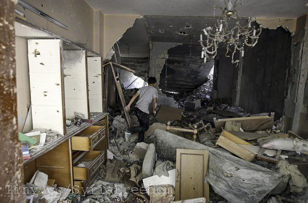 Appartement détruit et abandonné : typiquement, le lustre encore en place, incongru avec ses pendeloques