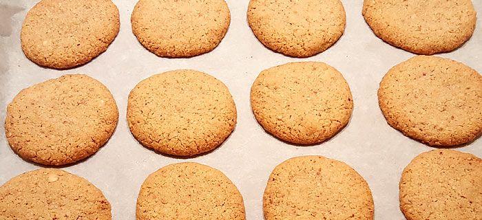 Met dit recept bak je lekker brosse hazelnootkoekjes die écht naar hazelnoot smaken. Makkelijk te maken en heel erg lekker. Probeer maar.