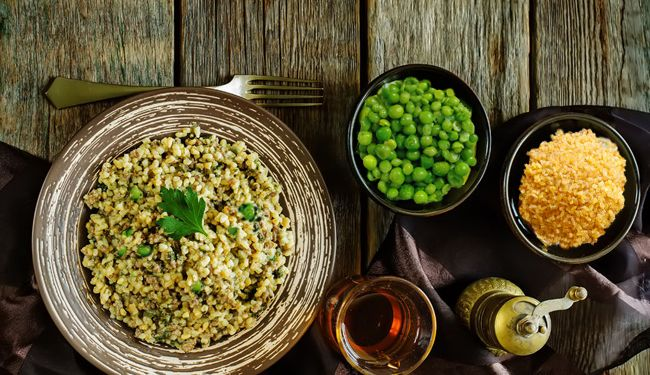 Ingredienti vari e bilanciati, per creare il perfetto mix di equilibrio e gusto! Ecco la ricetta del bulgur con piselli e pollo. -