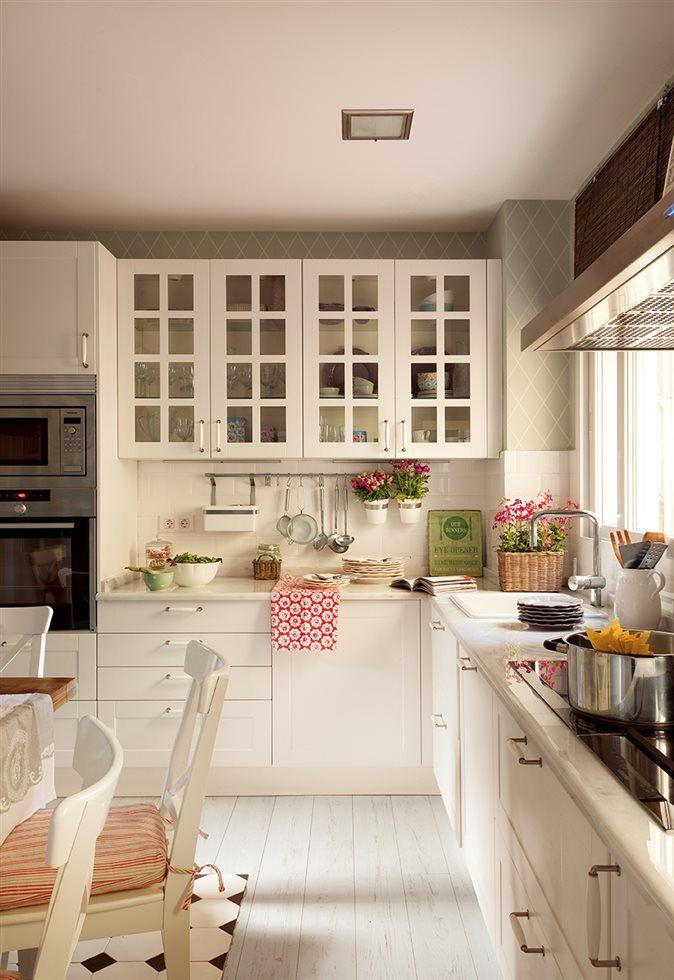 Cocina con mobiliario en blanco y pared empapelada