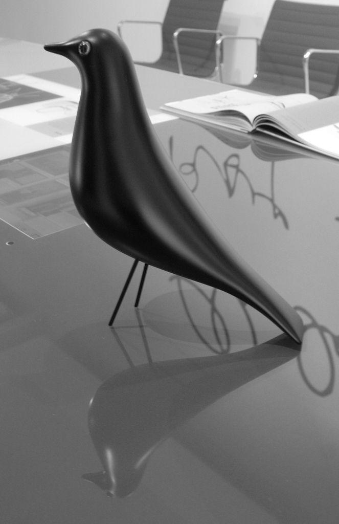 En colaboración con Eames Office, el Vitra Design Museum produce la escultura…
