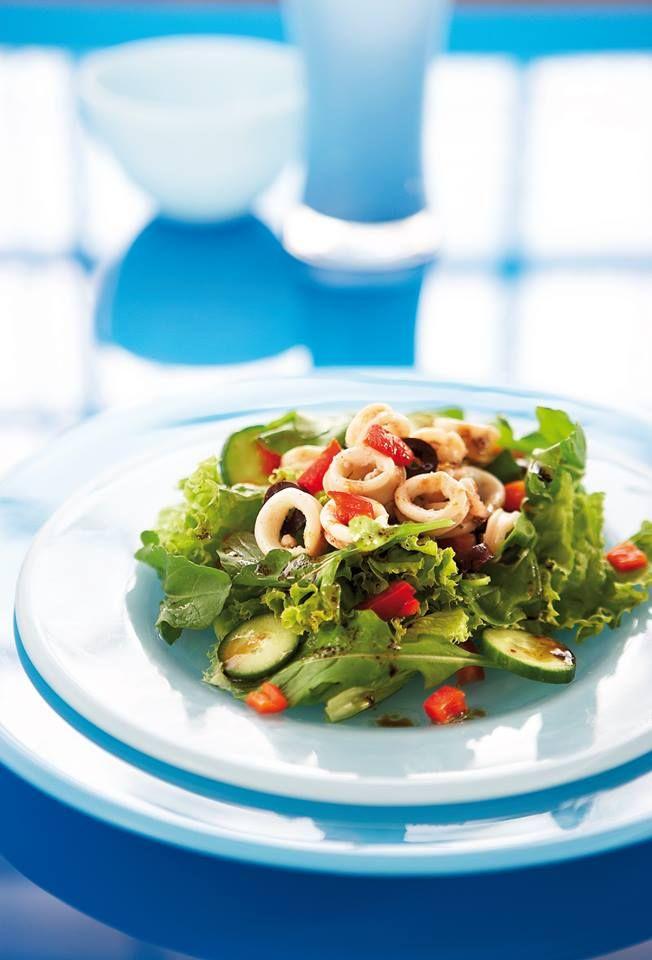 Σαλάτα με καλαμαράκια και πρασινάδες!