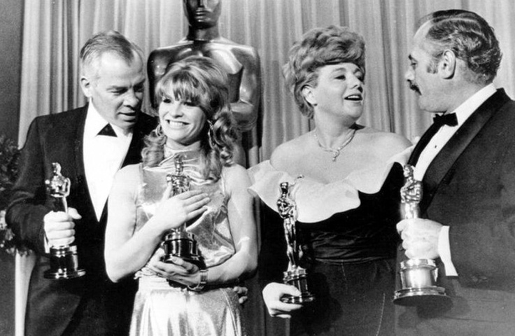 Academy Awards-Zeremonie am 18. April 1966: Die 38. Academy Awards (vl): Lee Marvin (Schauspieler, Cat Ballou), Julie Christie (Schauspielerin, Liebling), Shelley Winters (Nebendarstellerin, ein Patch Blue) & Martin Balsam (Nebendarsteller, A Thousand Clowns)