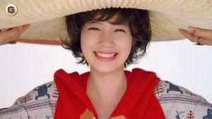 パーマをかけた能年玲奈がきのこのかさを頭で支えるGIF画像 created by tito_consequuntur