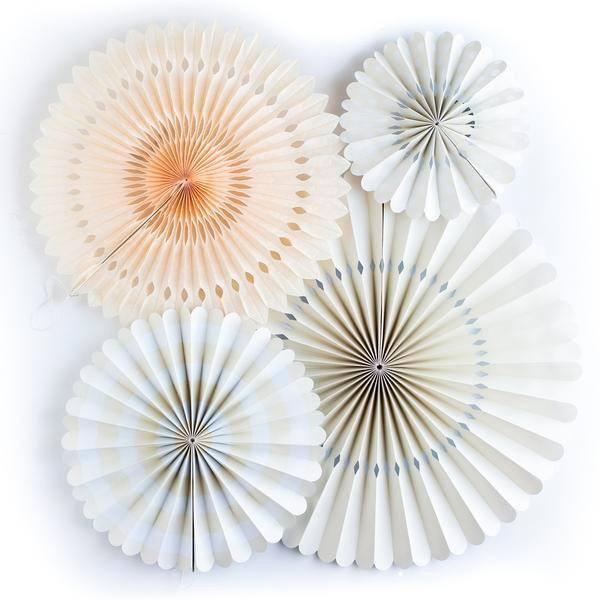 Con este Kit de abanicos de papel y cartón tendrás la decoración de tu fiesta o trasera de Candy Bar solucionada. La combinación de motivos, colores y calidades