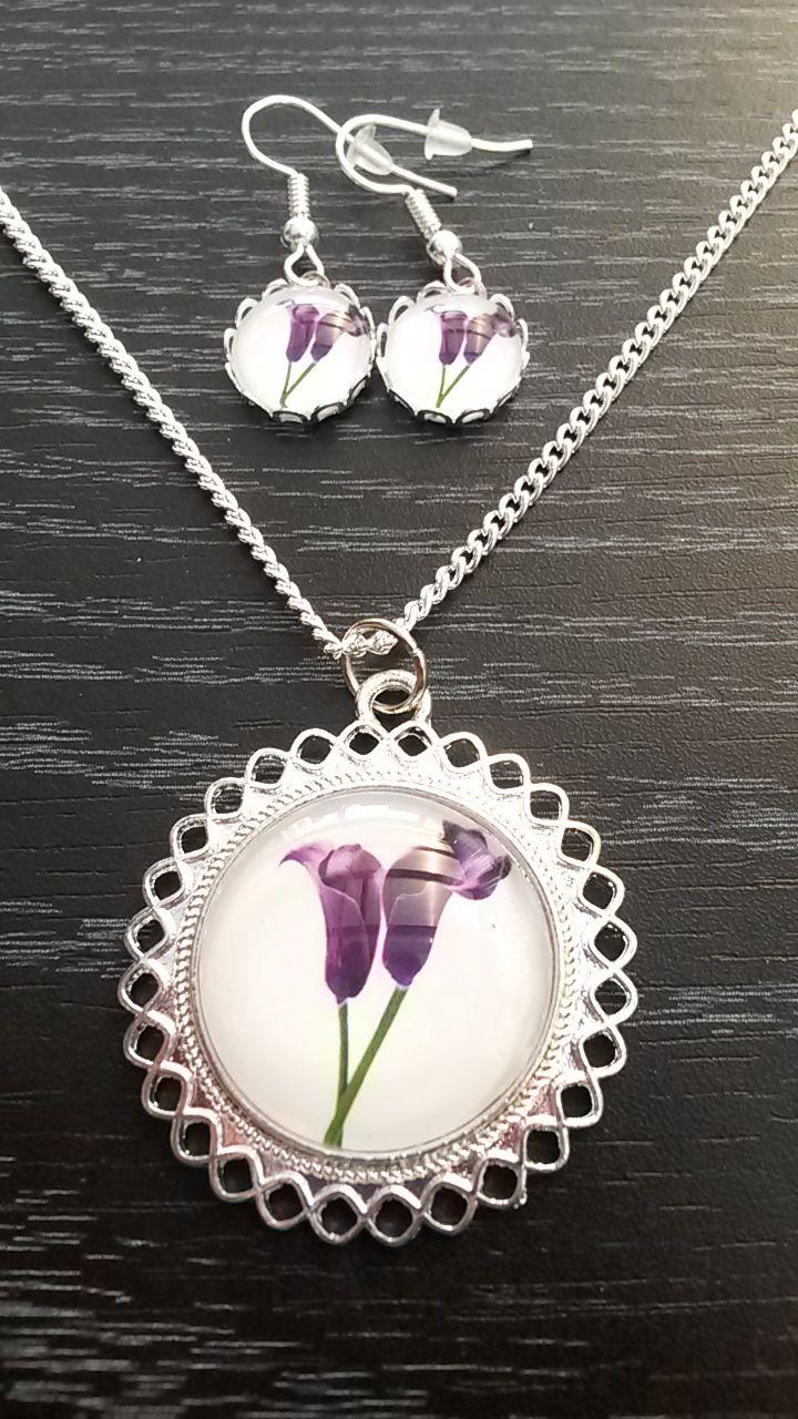 Handgemaakte lichtzilveren medaillon met paarse tulpen.