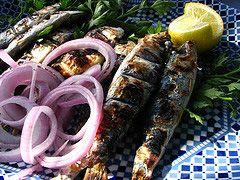 sardine au barbecue: frotter avec oignons, ajouter cuire 8 min puis 5 min autre face. Servir avec citron vert.
