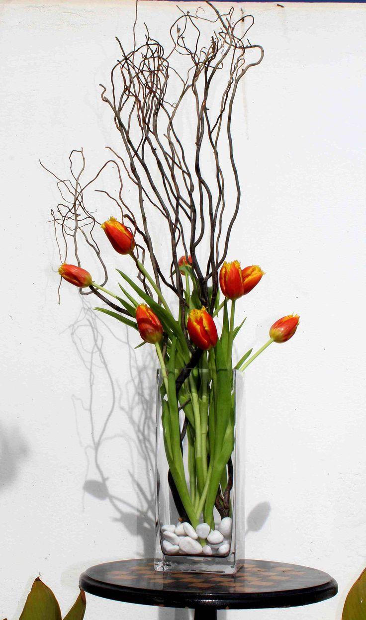Tulipanes entre ramas y cuarzo.