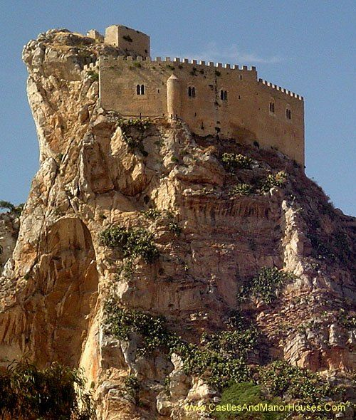 Castello Mafredonico, Mussomeli (Mussumeli in Sicilian), Caltanissetta, Sicily, Italy....    http://www.castlesandmanorhouses.com/photos.htm    ....     The Chiaramonte Castle (Castello Mafredonico), was built in 1370 in Norman-Gothic style. It stands on a high crag at 778 metres, 2 km outside the town. It has halls, dungeons and torture cells, and a chapel with a alabaster depicting the Madonna dell Catena (1516).