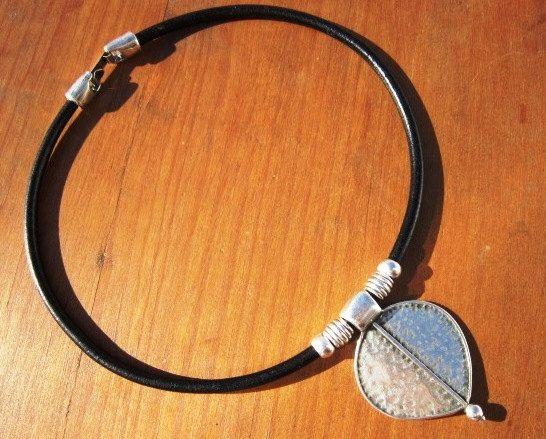 Collier en cuir avec pendentif en argent Bohème, bijoux tribal Bobo. Un bijou de mode au quotidien! colliers pour femmes, bijoux en argent, bijoux en cuir personnalisé, original designs par kekugi. Ce collier est fait de cuir véritable et de perles en métal argenté. Toutes les pièces d'argent sont soumis à un processus anti-allergiques (sans nickel et sans plomb) avec un placage d'argent de 8 microns d'argent sterling. FABRIQUÉ SUR COMMANDE ! Je fais cela soit 16 40cm de long, mais tous…