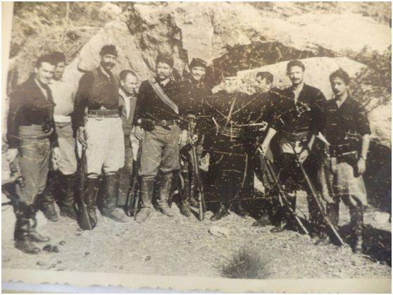 """Ομάδα Κρητικών κομπάρσων στο ρόλο των ανταρτών της ταινίας """"Το νησί των γενναίων"""" με τον πρωταγωνιστή (πρώτο αριστερά) Αλέκο Αλεξανδράκη"""