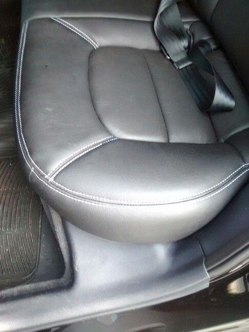 Kia Rio Sedan, cojineria en cuero negra, asiento contorno costuras blancas.