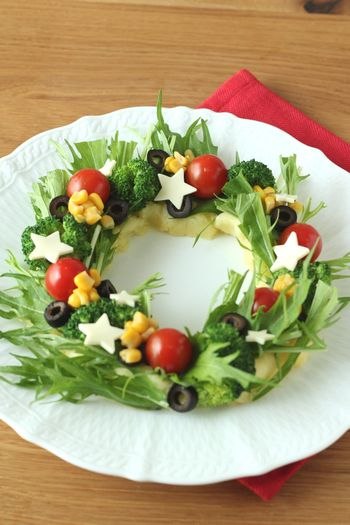 ポテトサラダを土台にして、野菜をリースみたいにデコレーション。身近な食材が素敵なパーティーフードに変身します。