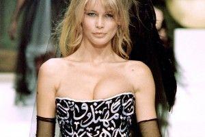 """Dieser Auftritt sorgte 1994 für einen Skandal, der als """"Satanic Breasts"""" in die Modegeschichte einging: Claudia Schiffer präsentierte in Paris ein Chanel-Kleid, in dessen Bustierteil Koranverse eingestickt waren"""