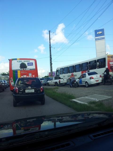 O Caos no Trânsito de Recife é culpa de todos Pensei que hoje eu teria uma dia normal, achei que era feriado, a falta de congestionamentos em Olinda, me fez acreditar nisso, mas como alegria de pobre dura pouco, chaguei a Av. Agamenon Magalhães, e àquilo que imaginei no início era utopia. por volta das 8h , chegando em frente ao Tacaruna, mas precisamente na via local do Chevrolet Hall,vi além de muitos motoristas que arriscam a quarta-feira, 29 de maio de 2013 (Leia [+] clicando na…