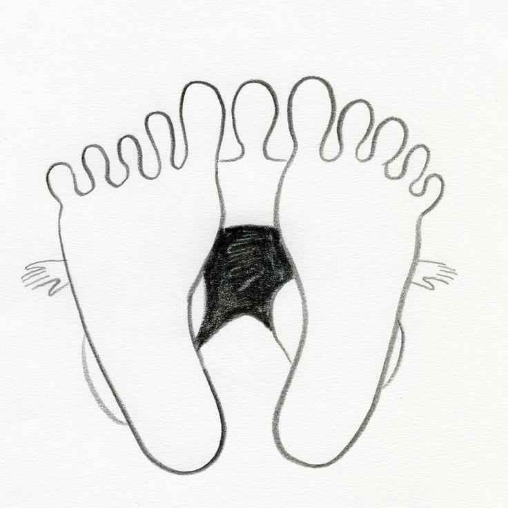 """Odpoczywaj na 100% powracając do """"tu i teraz"""" przez STOPY.  Ćwiczenie: Plaża Kiedy spacerujesz po plaży, skup się na swoich stopach. """"Umieść w nich"""" świadomość i bądź otwarty na wszystkie bodźce, które z nich płyną. Poczuj piasek pod stopami, zwróć uwagę na to, czy jest suchy czy wilgotny, ciepły czy zimny. Wyczuwaj momenty odrywania się stopy od piasku i zagłębiania się w nim. Zorientuj się, która część stopy pierwsza dotyka podłoża, a która opada po niej."""