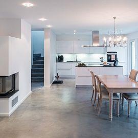 Küchenzeile lang -> rechts Ofen und Kühlschrank + Insel