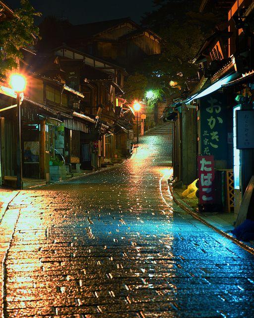 Approach to the Yasaka Shrine from Kiyomizu Temple. 京都、二年坂。石畳の回廊。清水寺から八坂神社までの散策道。 産寧坂(三年坂)/二寧坂(二年坂)/ねねの道/石塀小路 と活気のある坂道が続く。