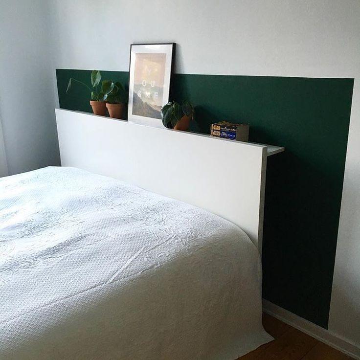 Fik langt om længe sat en hylde op bag ved sengen. Jeg synes sengegavlen var lidt kedelig og manglede noget hygge. Så resterne af den grønne maling, som er brugt på den væg overfor, blev brugt til at skabe lidt dybde, med hjælp fra en hylde og lidt accessories #hyldebagvedseng #boligindretning #soveværelse #vesterbro #grønindretning #farvepåvæggen #monstera #ikea