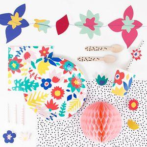 Un super kit d'anniversaire fleuri avec de la vaisselle jetable, des assiettes, des gobelets, des sets et des couverts...Un kit anniversaire champêtre pour les amoureux de la nature qui contient du bleu, du rose, du jaune et du vert, il est parfait pour une fête d'anniversaire de jeune fille, une pyjama party ou une boum. ATTENTION : Les produits ont été sélectionnés par défaut, les quantités peuvent être modifiées.