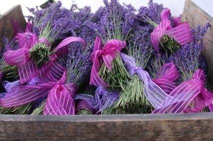 El otoño es la época del año en que la lavanda desprende más aroma. Por eso, te proponemos que escojas la flor de la lavanda y sus tonos liláceos como motivo central de tu boda. ¿Cómo? Coge papel y lápiz y toma nota!