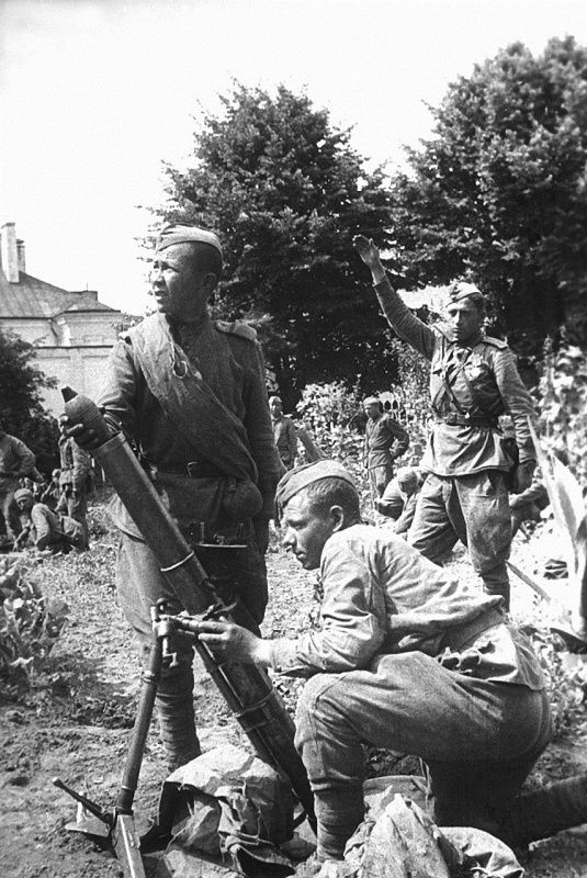 Soldiers mortar platoon lieutenant N. Kolomintseva in 82-mm mortar battalion of the sample in 1941 (BM-41) at the firing position during the liberation of Grodno during Operation 'Bagration'.