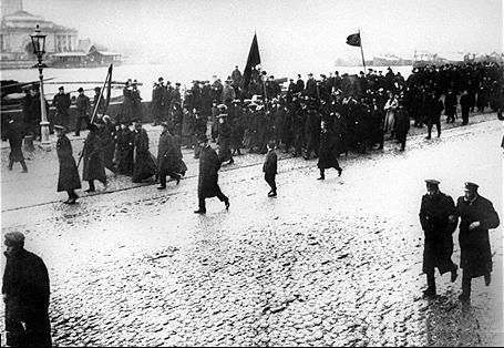 St. Petersburg in 1905. Student demonstrators march down the street. This Day in History: Mar 8, 1917: February Revolution begins http://dingeengoete.blogspot.com/