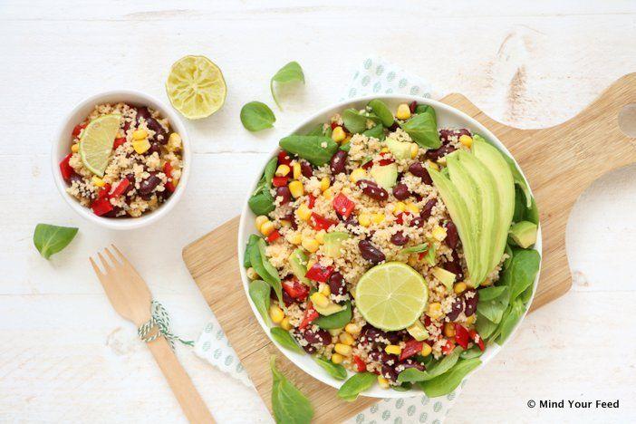 Een zomerse Mexicaanse couscous salade met mais, avocado, kidneybonen en rode paprika. Meng nog wat sla erdoor en je couscous maaltijdsalade is klaar.