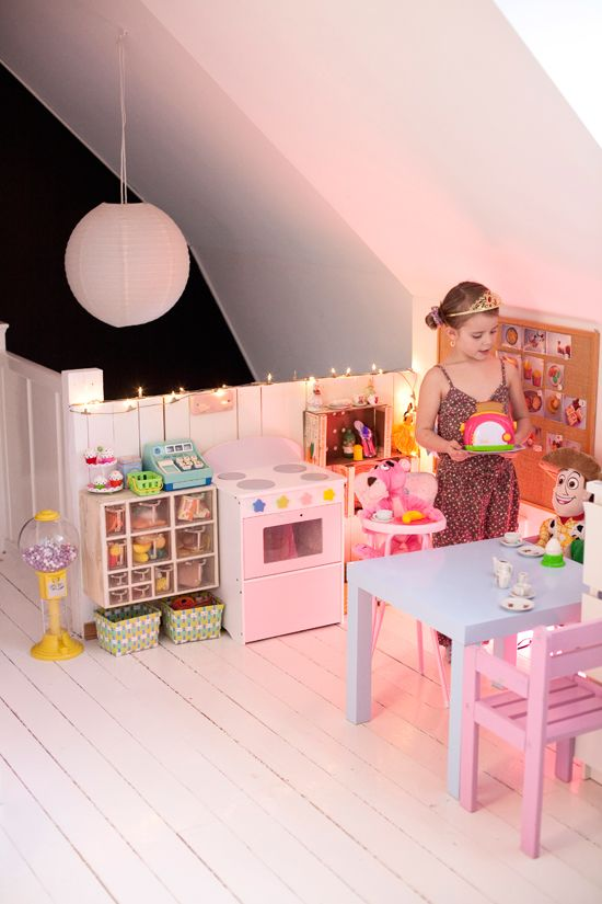we could easily make a cafe`with all the lovely kitchen stuff that Mini has... hmm...