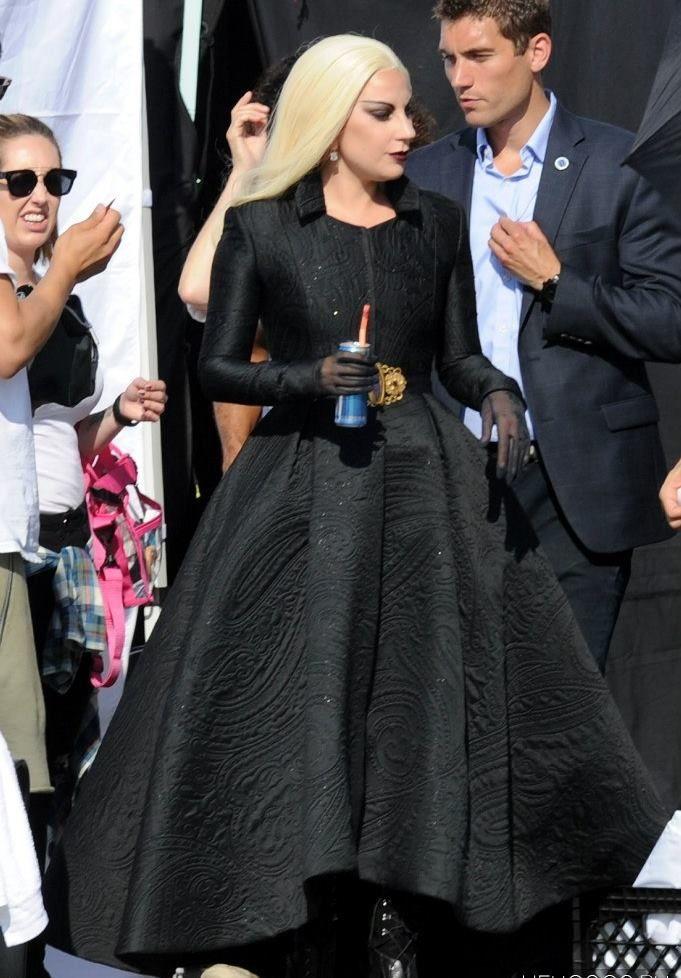 """Essa semana a cantora e atriz Lady Gaga foi fotografada gravando cenas da sua personagem Condessa na série""""American Horror Story: Hotel"""". As gravações aconteceram num parque de diversões em Santa Monica, na Califórnia, que contou também com a presença do ator Wes Bentley e um dosmenininhos loirinhos que a personagem da Gaga cria e alimenta …"""